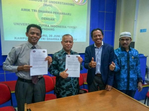 Penandatanganan Memorandum of Understanding (MoU) AMIK Tri Dharma Pekanbaru dengan Universitas Putra Indonesia (UPI) Padang